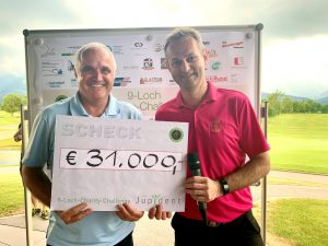 Manfred Ganahl und Arno Gasser vom Golfclub Montfort Rankweil bei der Scheckübergabe